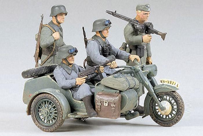 Сборная модель Нем. мотоциклисты на BMW R75 с коляской (с 4 фигурами)